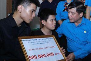 Chủ tịch Tổng LĐLĐVN trao 500 triệu đồng cho gia đình nữ lao công bị tai nạn giao thông