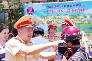 Cảnh sát giao thông tuyên truyền pháp luật an toàn giao thông cho người dân