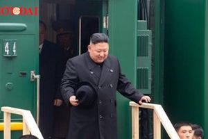 Ông Kim Jong-un nếm bánh mì khi đến Nga