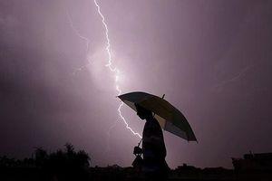 Cách tránh bị sét đánh khi trời mưa giông