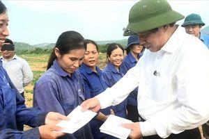 Bí thư Tỉnh ủy Quảng Bình thăm và tặng quà cho công nhân lao động