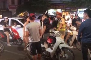 Thanh niên sàm sỡ cô gái giữa phố Hà Nội có thể bị phạt 300 nghìn đồng