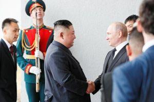 Cái bắt tay lịch sử giữa Tổng thống Putin và Kim Jong Un