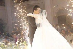 Chùm ảnh: NSND Trung Hiếu ôm hôn cô dâu, rơm rớm nước mắt trong đám cưới tổ chức tại Hà Nội