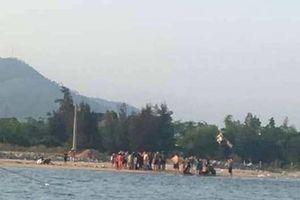 Cảm phục 2 thanh niên cứu thành công 5 em nhỏ đang chới với dưới sông