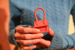 Clip: Cận cảnh chiếc túi xách chỉ to bằng bao diêm có giá hơn 18 triệu đồng