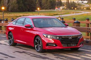 XE HOT (25/4): 5 thói quen khiến ôtô tốn nhiên liệu, 10 xe hơi giá rẻ đáng mua nhất