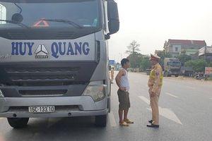Bắc Ninh: CSGT tuần lưu nhắc nhở ô tô dừng đỗ gây nguy hiểm trên đường