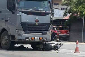 Dừng chờ đèn đỏ, 2 người phụ nữ bị xe ben tông nhập viện