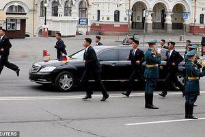 Dàn vệ sỹ 'lá chắn sống' chạy theo xe chống đạn của ông Kim Jong Un tại Nga