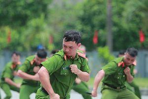 Xem lực lượng công an thi điều lệnh, sử dụng võ thuật chiến đấu