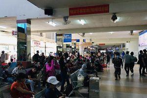 Dân Sài Gòn đội nắng ra bến xe về quê nghỉ lễ dài ngày