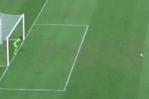 Thủ môn bẽ mặt trước quả đá penalty táo bạo