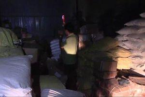 Hà Nội: Bắt 3 tấn phụ gia chuyên để chế biến bim bim, bánh kẹo cho trẻ em