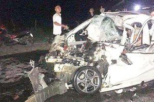 Hà Nội: Tai nạn giữa ô tô 4 chỗ với xe tải, tài xế tử vong, xe nát bét
