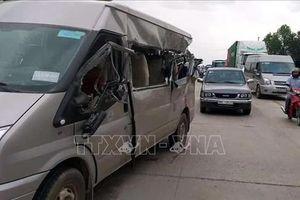 Xe khách va chạm xe tải chạy ngược chiều, 3 người thương vong