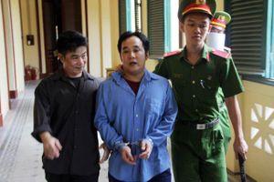 TPHCM: Đại náo phiên tòa, đánh kiểm sát viên, cả nhà lãnh án
