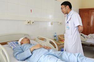 Nam bệnh nhân bị lún xương sọ, cháy máu não trong lúc đá bóng