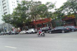 Hà Nội: Nhà hàng ngang nhiên trưng dụng lòng đường Võ Chí Công làm bãi đỗ xe