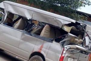 Xe tải vào cua đối đầu xe khách ở Bắc Giang, 4 người thương vong