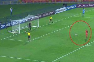Cú đá panenka thảm họa khiến cầu thủ bị đuổi luôn khỏi đội