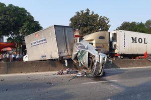 Dừng đèn đỏ, xe bán tải bị container đâm bay lên dải phân cách