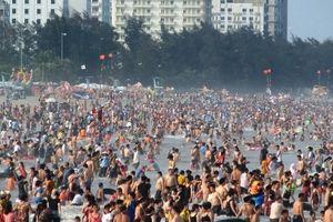 Ngày đầu nghỉ lễ: Biển Sầm Sơn đục ngầu, vạn người vẫn chen nhau tắm
