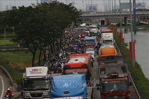 Người dân nối nhau rời thành phố, giao thông các cửa ngõ TP Hồ Chí Minh ùn tắc