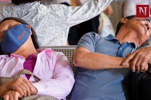 Người dân mệt mỏi, ngủ vội đợi các chuyến xe về quê nghỉ lễ