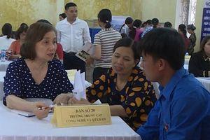 Ứng Hòa: Khai mạc phiên giao dịch và tư vấn việc làm