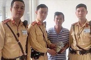 CSGT Hà Nội trao trả ví cho người đi khám bệnh đánh rơi