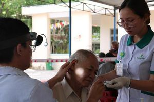 Khám và trao tặng 1.000 thiết bị trợ thính cho bệnh nhân khiếm thính tại Quảng Ngãi
