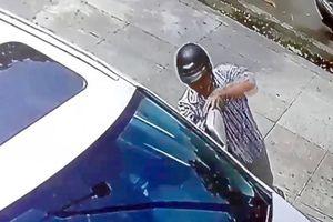 Truy đuổi kẻ trộm gương ôtô, hai người dân bị đâm gục giữa đường