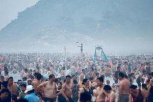 Bãi biển Sầm Sơn nêm chặt người đến 'ngâm mình' trong kỳ nghỉ lễ