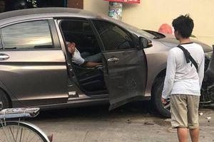 TP.HCM: Tài xế xe 4 chỗ sùi bọt mép, la hét rồi ngất xỉu sau khi gây tai nạn