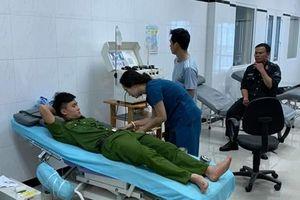 30 chiến sĩ cảnh sát đến hiến máu cứu người vì dòng kêu gọi trên Facebook