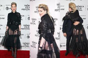 Amber Heard khoe vòng ba táo bạo, ôm ấp 'trai lạ' trên thảm đỏ