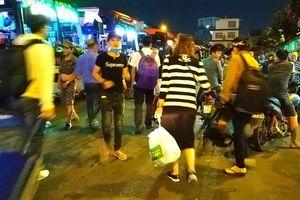 Người dân ở Sài Gòn chật vật kiếm tấm vé muộn về quê nghỉ lễ