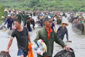 Trời nóng 40 độ C, hàng nghìn người vẫn đổ xô ra đầm đánh bắt cá