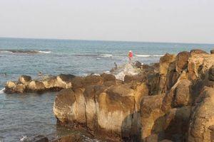 Đến Mũi Trèo vùng 'đất lửa' Quảng Trị check in, tắm biển, 'săn' hải sản