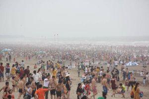 Hàng vạn người ùn ùn đổ về biển Sầm Sơn trong ngày nghỉ lễ
