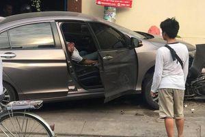 TP.HCM: Tài xế xe ô tô bất ngờ lao lên lề húc 2 xe máy rồi nằm sùi bọt mép bất tỉnh