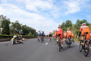 Nguyễn Tấn Hoài té lộn vòng rời đường đua Cúp Truyền Hình