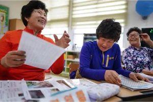 Thiếu hụt trẻ con, trường học Hàn Quốc mời cụ già tới lớp