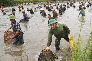 Hàng trăm người tham gia lễ hội đánh cá độc đáo ở Hà Tĩnh