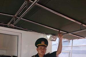 Giây phút cứu 7 người bị lật xuồng cao su trên biển Nghệ An