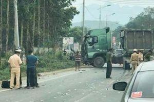 Xe đầu kéo va chạm xe khách khiến 5 người thương vong