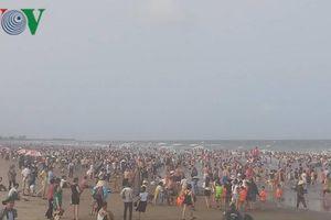 Thanh Hóa: Du khách chen chân tắm biển Sầm Sơn