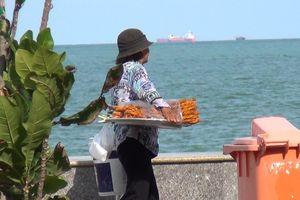 Vẫn còn tình trạng bán hàng rong, ăn uống dưới biển ở Vũng Tàu