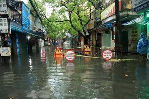 Hà Nội mưa lớn, một số tuyến phố ngập sâu trong nước